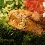 Ovnsbakt laksefilet med pepper, brokkoli, tomater og agurk.